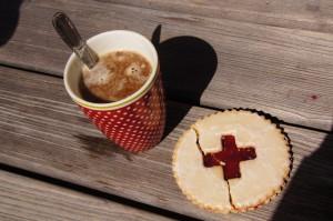1. August-Kaffee mit Likör gepimpt und dazu ein Spitzbub