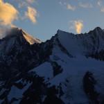 Dom, Lenzspitze und Nadelhorn von den letzten Strahlen der Sonne berührt.