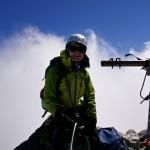Sarah zufrieden auf dem windigen und kalten Gipfel...