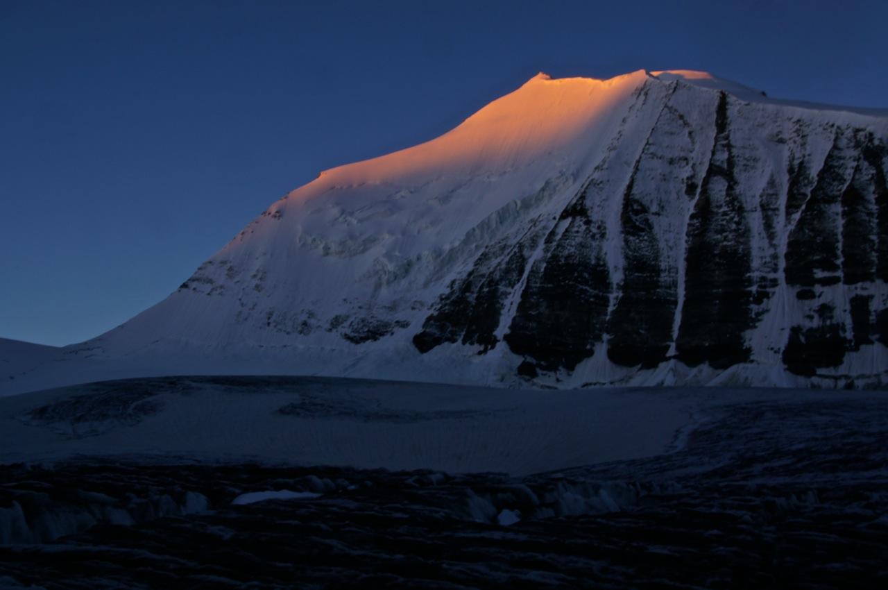 der Ostgipfel des Bishorns Pointe Burnaby wird von den ersten Sonnenstrahlen des Tages erfasst..
