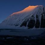 Der Ostgipfel des Bishorns erstrahlt in den ersten Sonnenstrahlen des frühen Morgens
