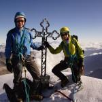 Gipfelfoto auf dem Brunegghorn - wegen dem Wind hält man sich besser am Gipfelkreuz fest.. :-)