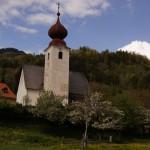 kurz vor Schiefling passierten wir diese wunderbaren Dörfer, jedes eine eigene Kirche.. und müssen wieder einmal einem bösen Hund davonfahren!!