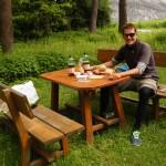 ausgedehntes Znüni an einem Picnic-Tisch am Waldrand