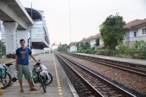warten auf den Zug - am Bahnhof Ban Thab Chang in Bangkok