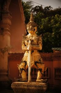 Skulptur vor einem Kloster in Battambang