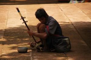 ein Mann spielt ein traditionelles Streichinstrument