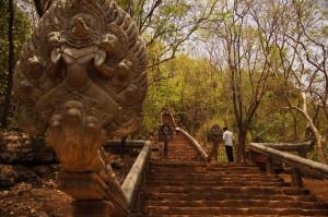 die Treppe führt zum Banan Tempel, oben auf dem Phnom (Berg) Banan erbaut..