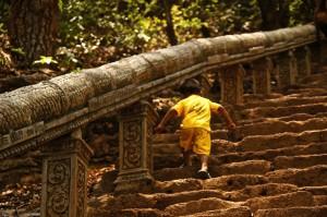..auch die ganz Kleinen pilgern mit ihren Familien zu dem heiligen Ort - dieser Khmer-Tempel wird vor allem von Kambodschanern besucht.