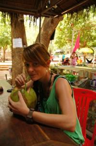 Bei dieser Hitze ist eine Kokosnuss köstlich - Flüssigkeit und Elektrolyte in einem, in ökologischer Verpackung!