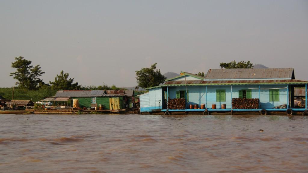 Neben den Blechhütten gibt's auch modernere Holzhäuser - aber natürlich ebenfalls schwimmend!