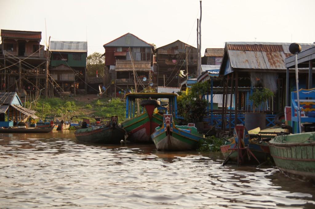 hohe Stelzenhäuser am Ufer des Tonle Sap River