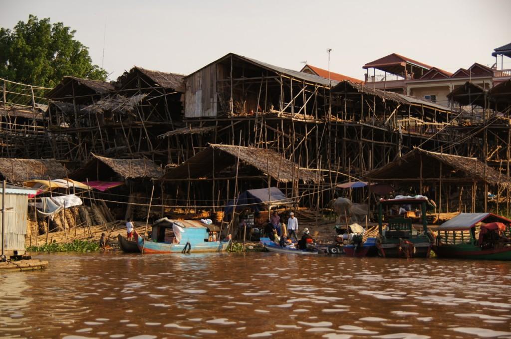 In luftiger Höhe leben die Menschen direkt am Flussufer