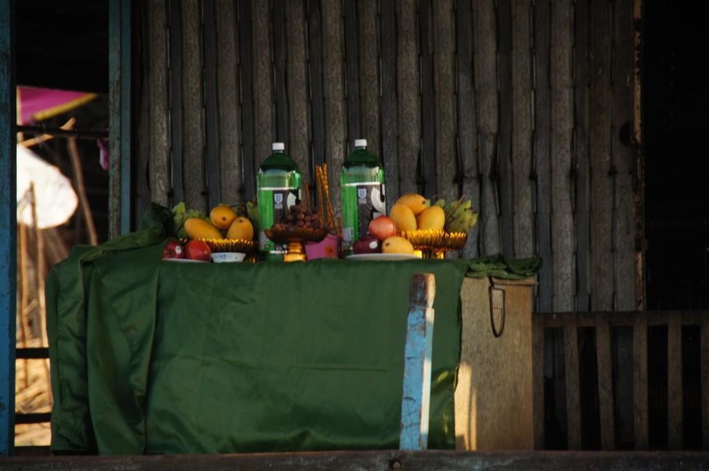 geopferte Früchte und ein Süssgetränk für die 3-tägigen Festlichkeiten rund um das kambodschanische Neujahr