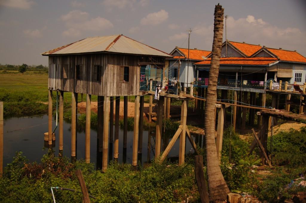 Stelzenhaus ca. 30km vor Phnom Penh auf der gegenüberliegenden Tonle-Sap-Seite - die Strasse führt deutlich erhöht durch dieses Gebiet