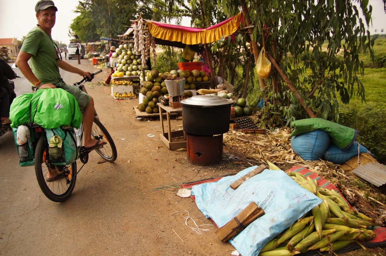 wegen Hitze & Anstrengung heute kein Appetit, aber am Nahrungsangebot würde es nicht fehlen! enroute in Kambodscha
