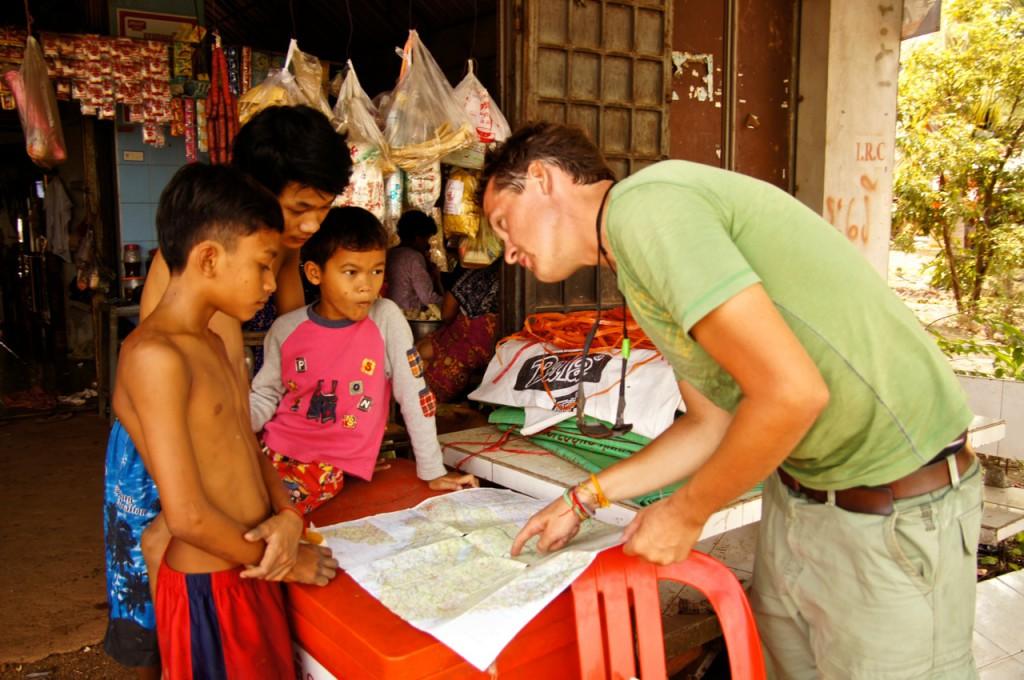 Lektion 1: Geografie Kambodscha - die Jungs versuchen aufmerksam zu verstehen..