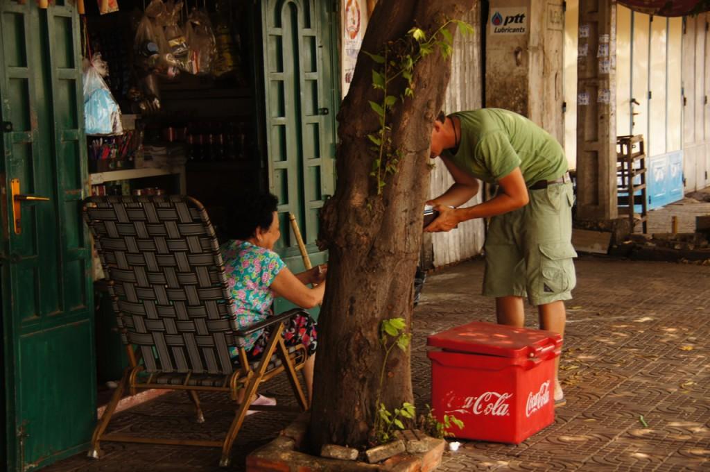 vor dem verdursten gerettet - eine Oma verkauft Räphu ein Cola! Der Handel läuft im Versteckten ab..