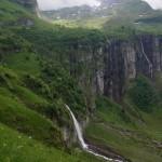 Wunderbare Fallbäche entwässern die oberhalb übrig gebliebenen Gletscher..