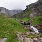 Bald sind wir bei der gemütlichen Glärnischhütte SAC, hinter dem Fels etwas gegen Osten drehend verbirgt sie sich..