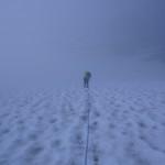 Bei dichtem Nebel steigen wir am Morgen nach rund 45 minütigem Gletscherzustieg auf den Gletscher. Bis zum Pkt 2860 sehen wir ausser der Spur nichts.
