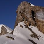 Das Pièce de Resistance ist dieser Felsaufstieg. Es müssen rund 30m vertikalen Fels (zuerts abgestiegen) und auf dem Rückweg erstiegen werden. Weil die Route auf die Gupenfirnseite dreht, sieht man gut 250m vertikal zu Tale, wenn man zu den Füssen schaut.. Die Steilstufe ist allerdings mit Ketten versichert..