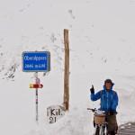 alleine unterwegs in noch winterlicher Landschaft - Oberalppass!