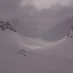 beflügelnde Pulverabfahrt - die Chamanna Jenatsch bereits in Sichtweite