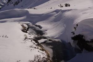 Bergbach Beverin - noch halb gefroren
