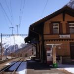 Spinas - ein Bahnhof mitten im nichts! wir warten gerne 2h auf den nächsten Zug..