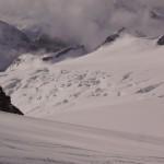 Rückblick auf den gewaltigen Aebeni Flue-Firn mit Anunggrat im Hintergrund.