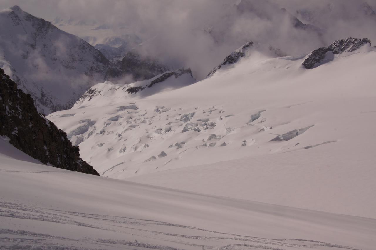 Sicht vom Aufstieg auf die Aebeni Flue: Aebeni Flueh Firn und Anunggrat