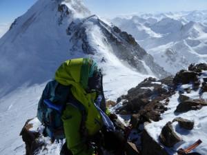 Gipfelfoto im Sturmanzug
