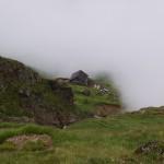 die Chelenalphütte SAC aus einer Nebelschwade zum Vorschein gekommen