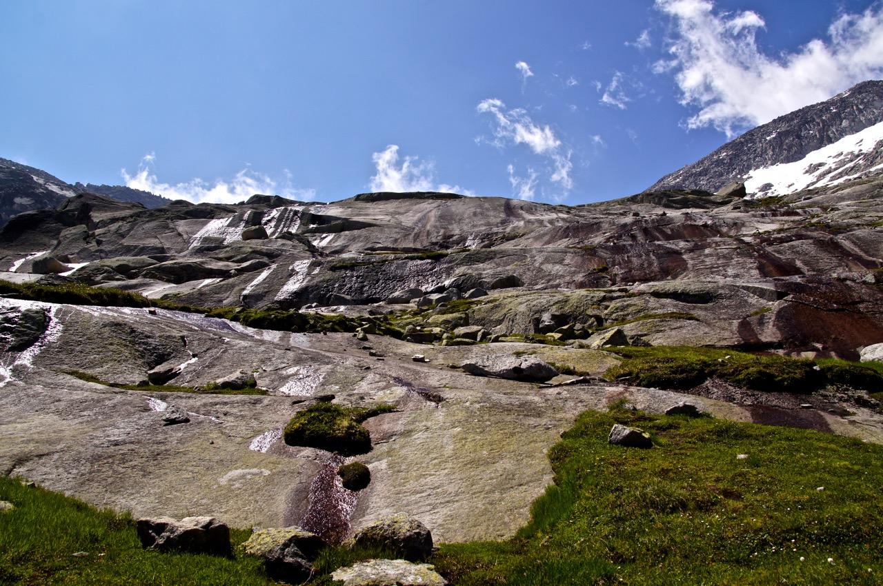 als ob der Gletscher gerade vorgestern verschwunden wäre - abgeschliffene Felsen (Älpergenplatten), über Terrassen führt der Weg nach oben