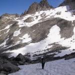 beinahe schon hochalpin unterwegs - eines der vielen Schneefelder vor der Lochberglücke