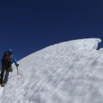 der steile Firnhang zum Gipfel