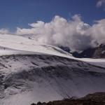 eindrücklicher Windkessel vor der Felsinsel des Mutthorns und der Hütte