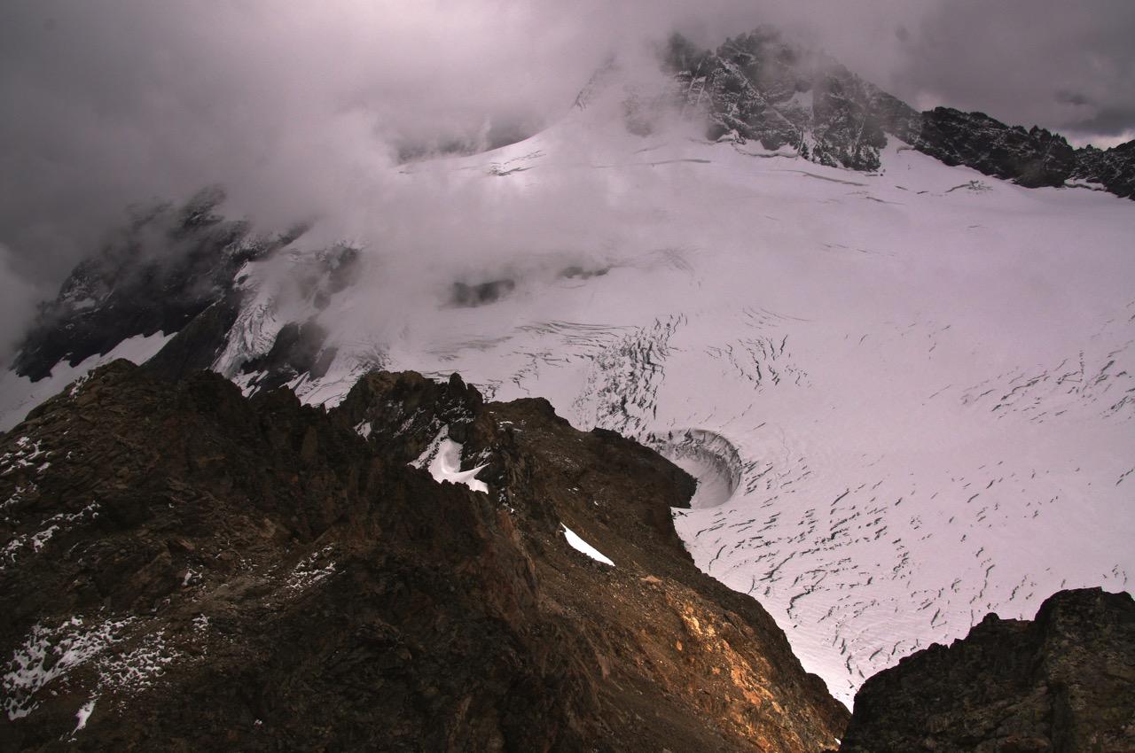 Tiefblick vom Mutthorn 3035m - auch hier springt einem der Windkessel unterhalb der Hütte ins Auge!