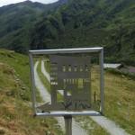 Hübsche Wegbezeichnung weit unten im Valsorey der Cabane du Vélan