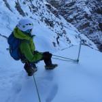 Tiefblick in die Südwand des Breithorns - gesichert an einer Sicherungsstange während einer ausgesetzten Traverse