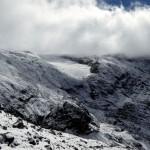 ein Wintervorbote hat die felsige Landschaft deutlich gezuckert..