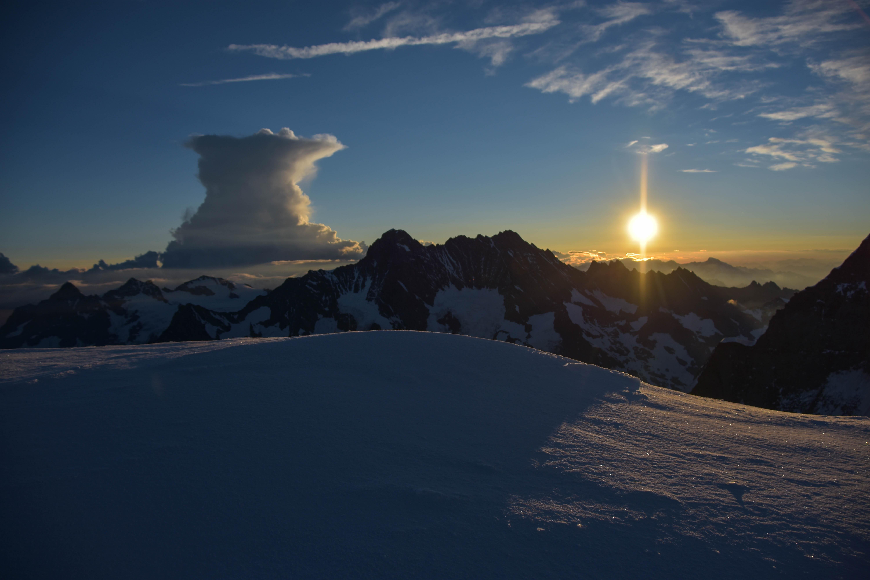Ambosswolke - Schreckhorn - Lauteraarhorn - an Höhe gewinnende Sonne