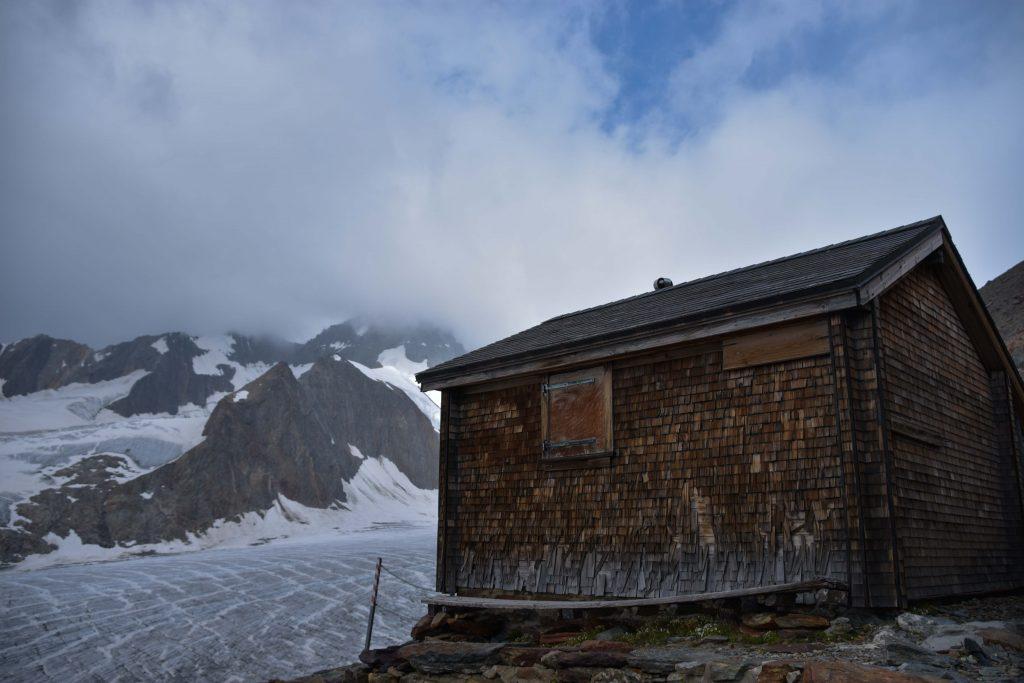 Die alte Finsteraarhornhütte aus vergangenen Zeiten - dient nun als Winterhütte.