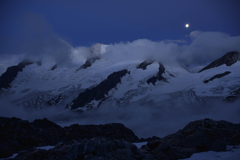 Der Vorhang geht langsam auf für einen neuen Bergsteigertag mit all seinen Facetten
