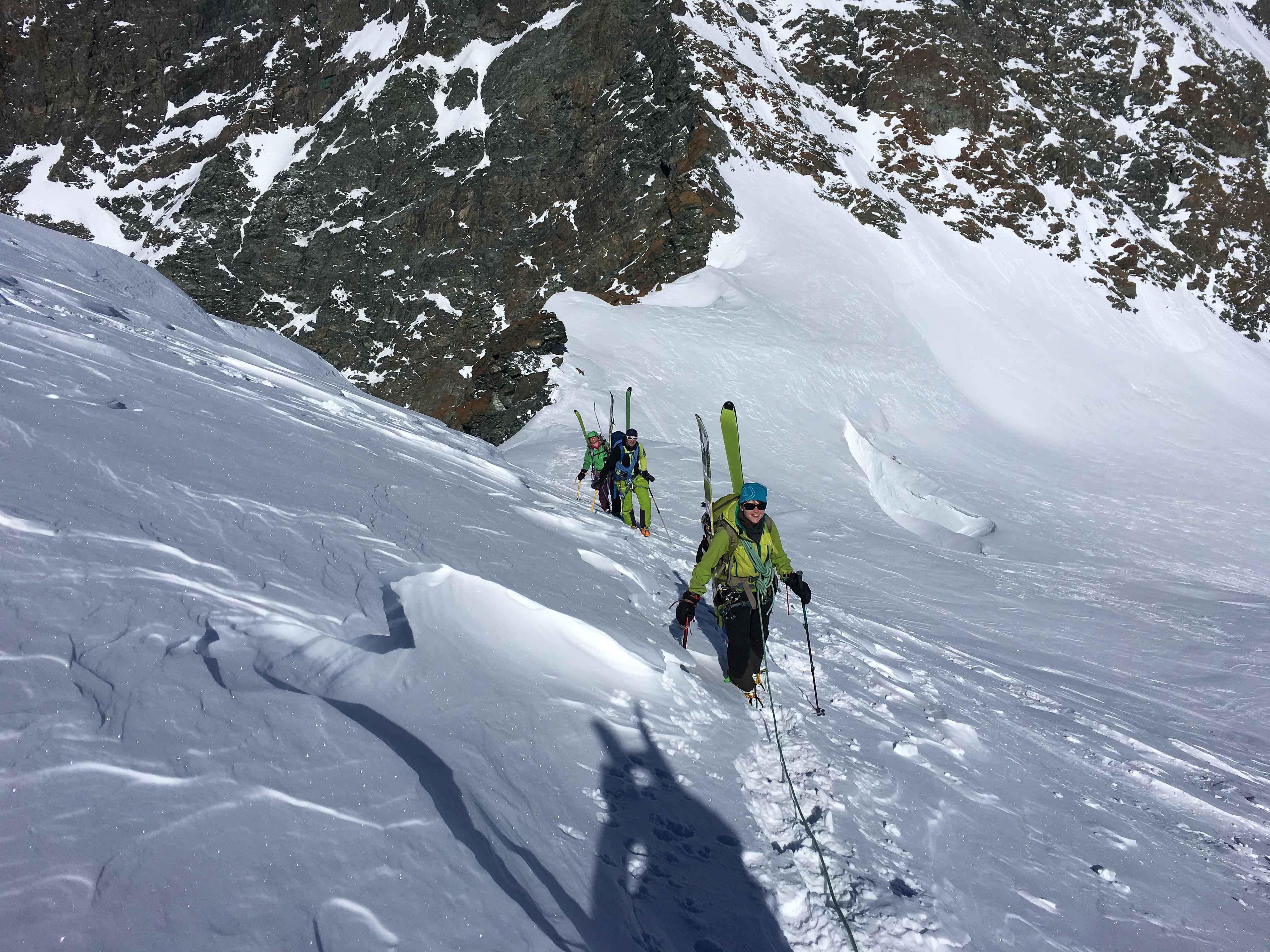 Nach dem Adlerpass müssen wir die Skier aufbinden